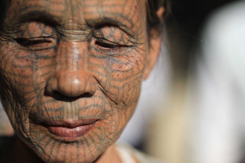 Portret van een Kin getatoeeerde vrouw in Myanmar Birma stock foto's