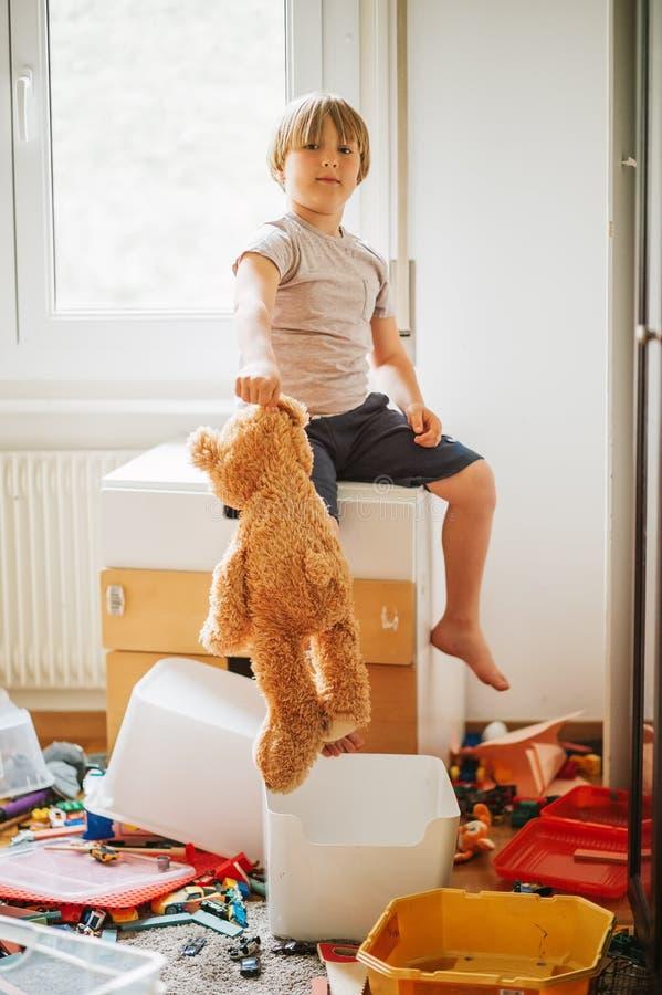 Portret van een kind die in een zeer slordige ruimte spelen royalty-vrije stock afbeeldingen