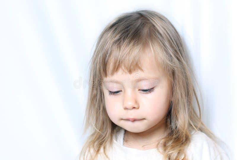 Portret van een kind met droevige ogen stock foto's