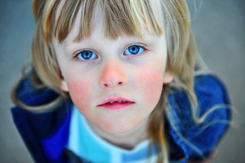 Portret van een kind met lang blond haar royalty-vrije stock afbeelding