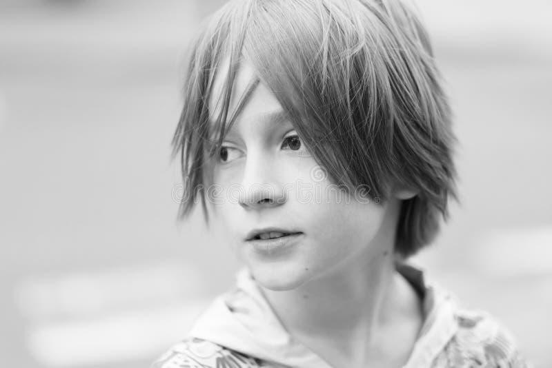Portret van een kind met een modieus kapsel stock afbeeldingen