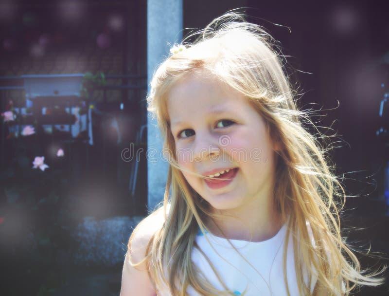 Portret van een klein blonde glimlachend meisje; zachte retro stijl stock foto's