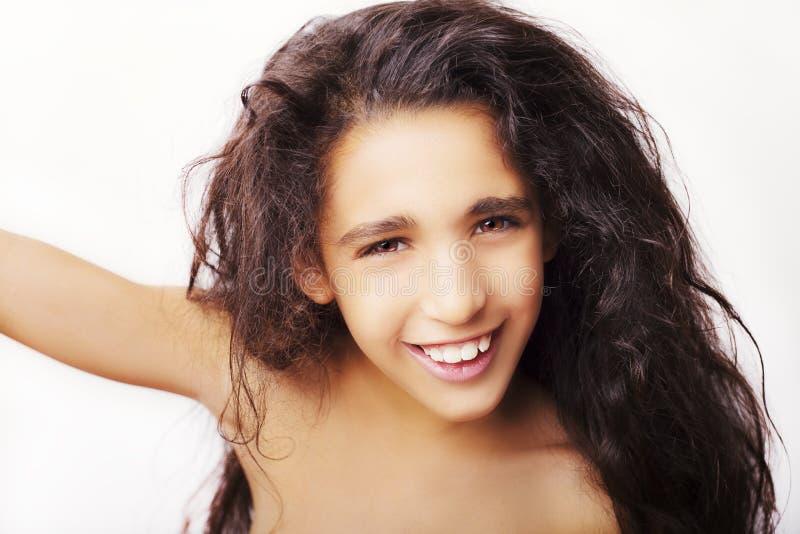 Portret van een klein meisje die haar die haar wegknippen op wit wordt geïsoleerd royalty-vrije stock foto's