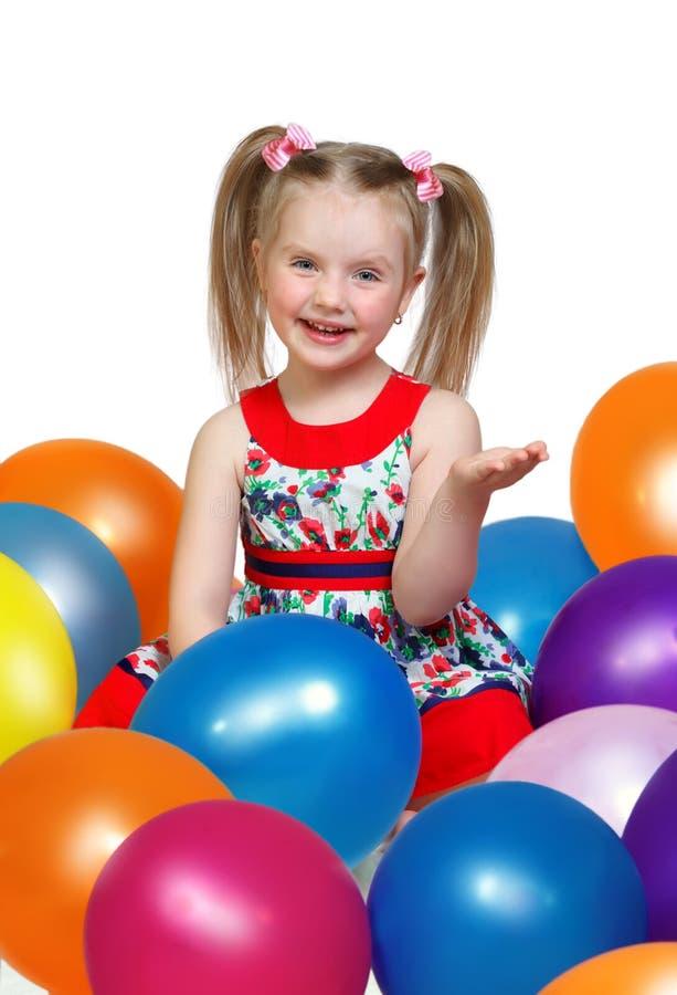 Portret van een klein meisje die met ballen spelen royalty-vrije stock foto