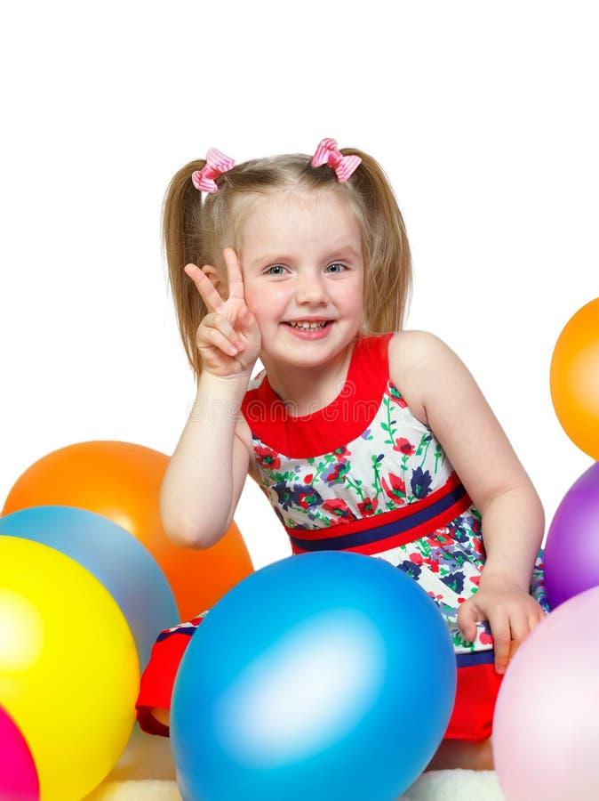 Portret van een klein meisje die met ballen spelen stock fotografie