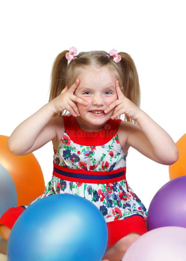 Portret van een klein meisje die met ballen spelen royalty-vrije stock fotografie