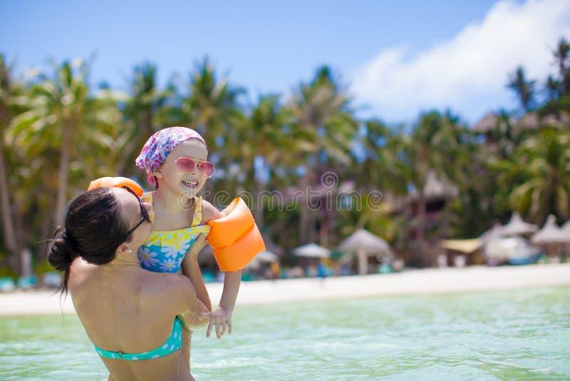 Portret van een klein meisje die met haar moeder koesteren royalty vrije stock foto 39 s - Klein meisje idee ...