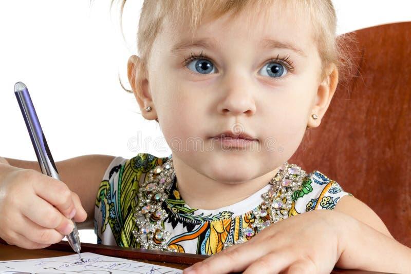 Portret van een klein meisje die schrijven royalty-vrije stock foto's