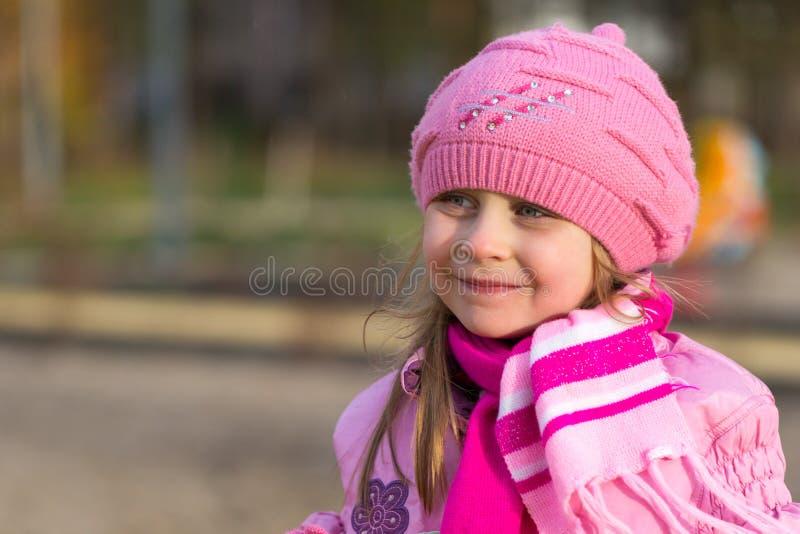 Portret van een klein meisje in een roze hoed royalty-vrije stock afbeelding