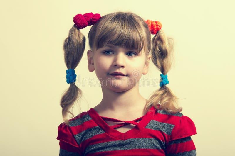 Portret van een klein meisje in geïsoleerd rood royalty-vrije stock foto's