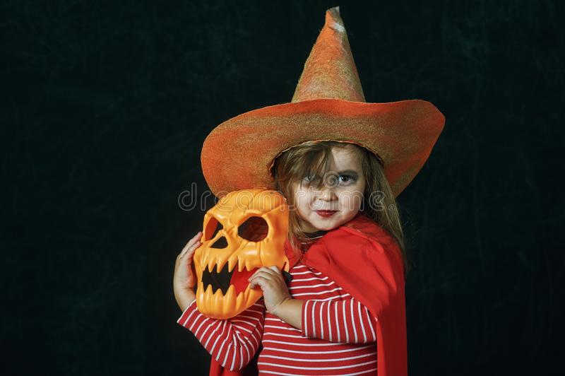 Portret van een klein meisje in een Halloween-kostuum stock afbeelding