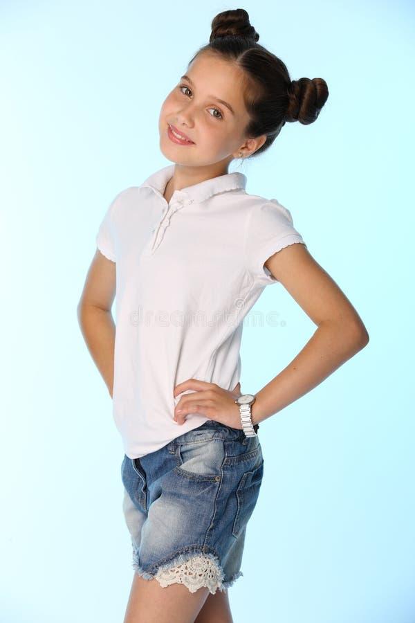 Portret van een klein meisje 12 jaar het oude glimlachen, is zij in een blauwe denimborrels royalty-vrije stock foto