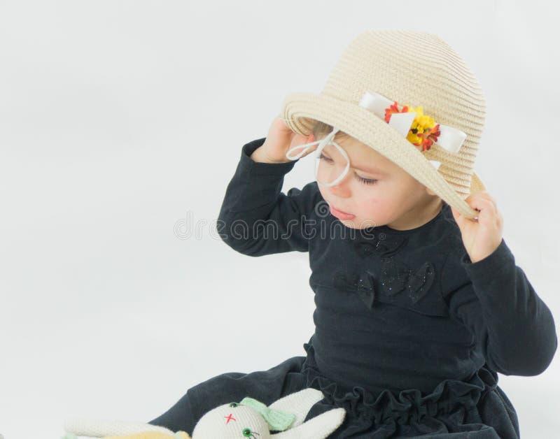 Portret van een klein meisje met groene ogen stock foto's
