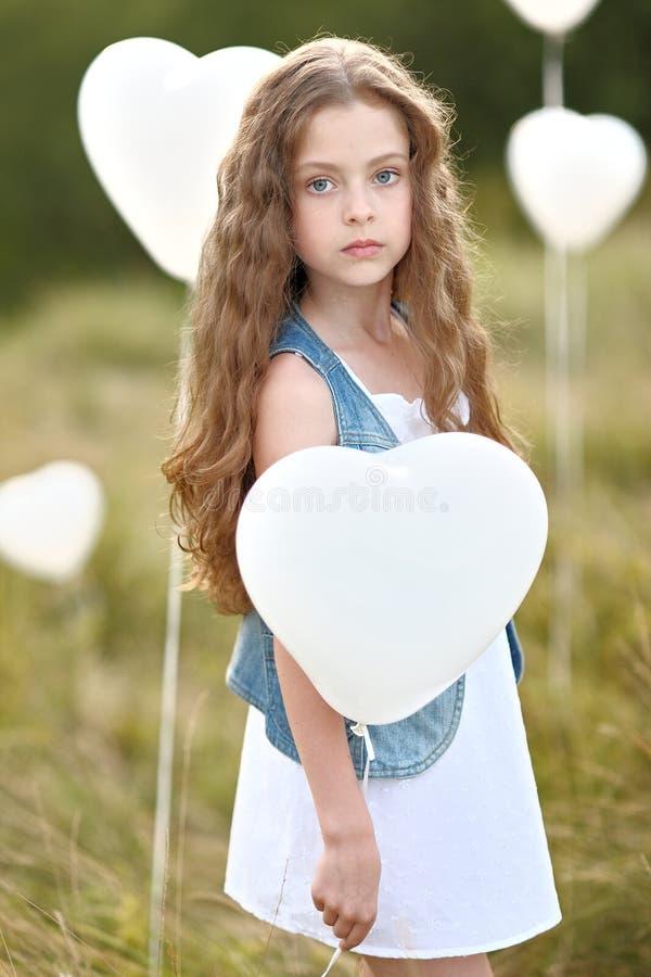 Portret van een klein meisje op een gebied stock afbeeldingen