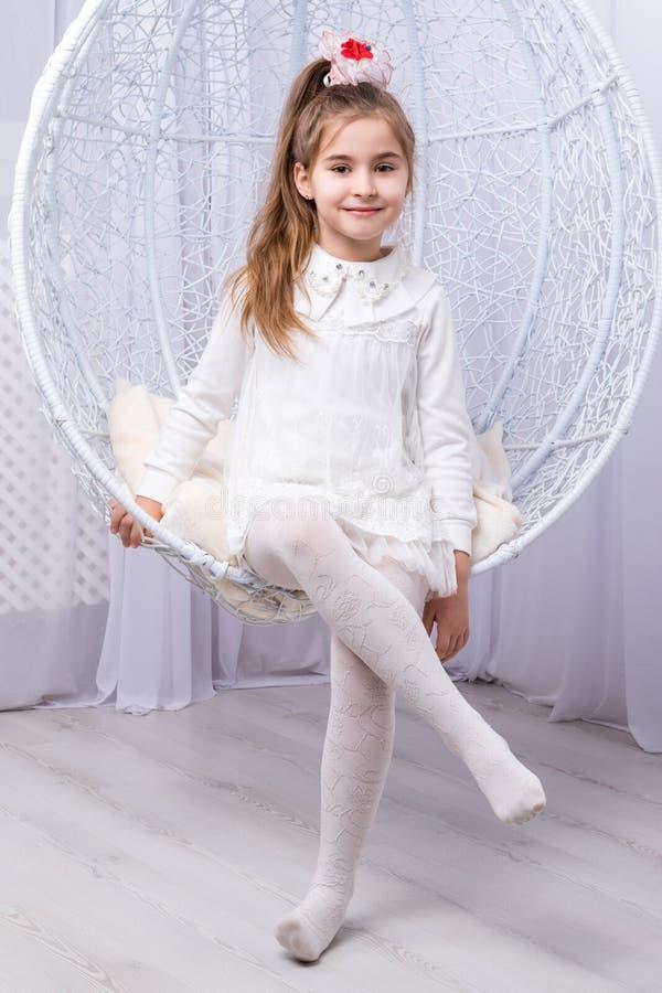 Portret van een klein meisje op schommeling stock afbeelding