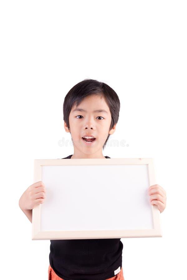 Portret van een kleine jongen die een whiteboard houden royalty-vrije stock foto
