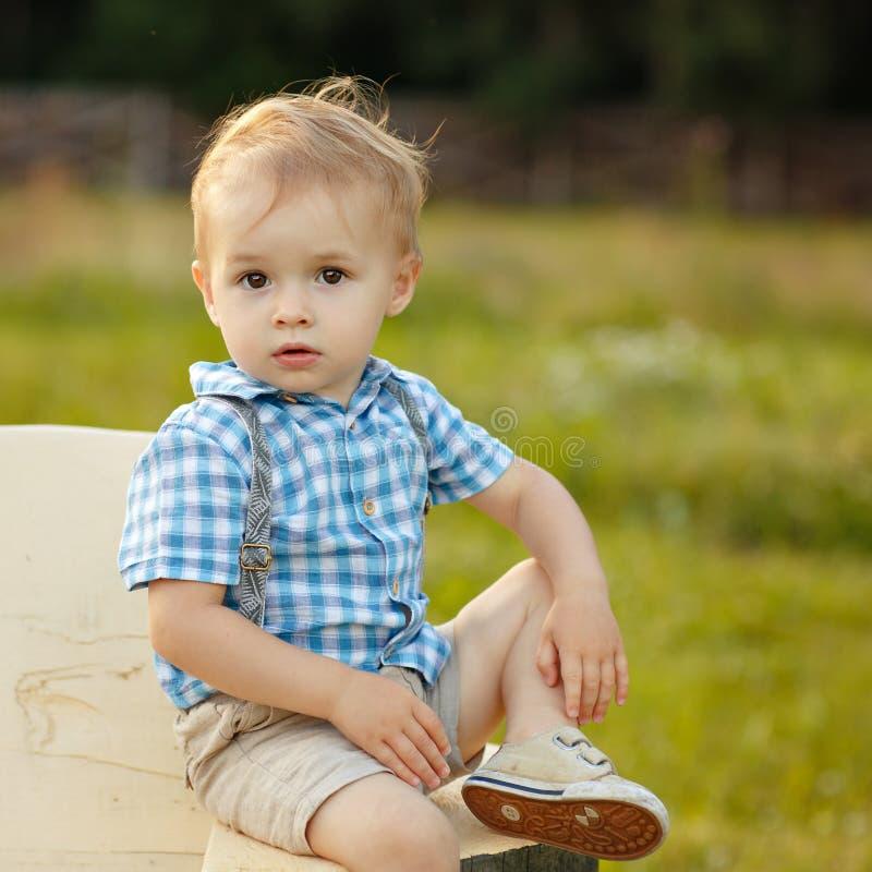 Portret van een kleine jongen 2 jaar oud met grote ogen in een checkere stock fotografie