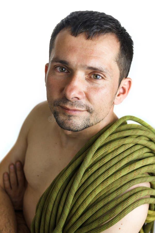 Portret van een klimmer met kabel op zijn schouder op witte achtergrond stock foto's