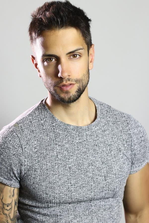 Portret van een knap mannelijk model stock afbeelding