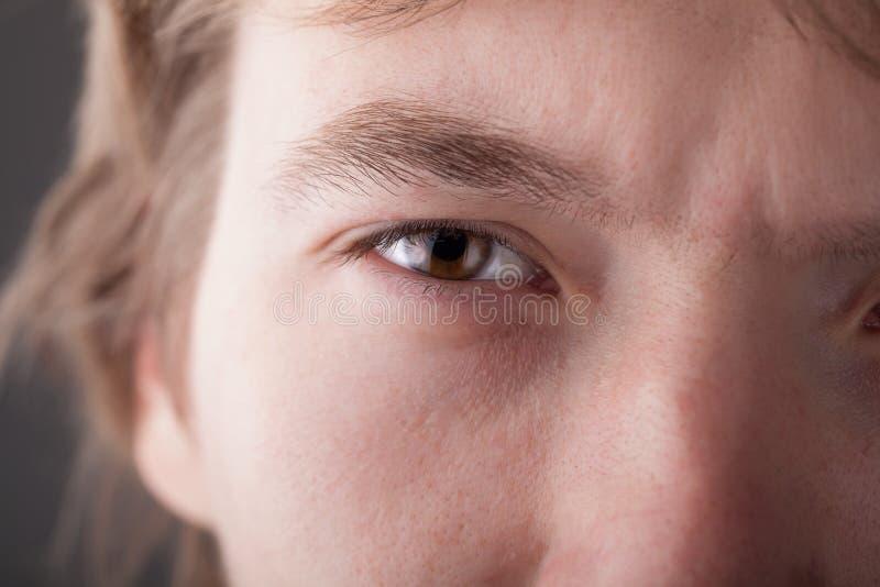 Portret van een knap mensen dicht omhooggaand oog stock foto's
