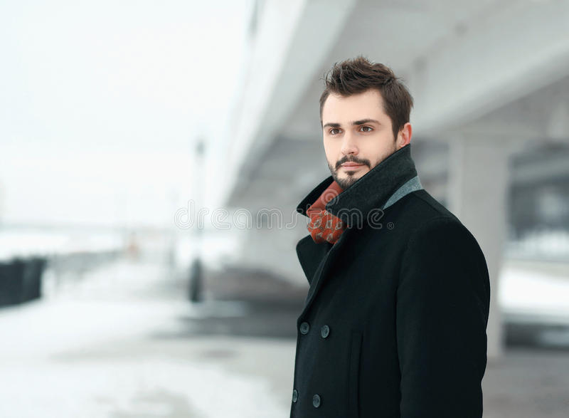 Portret van een knap modieus jonge mensenbrunette stock fotografie