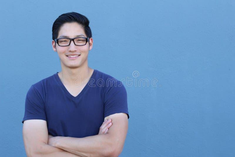 Portret van een knappe Aziatische mens die met glazen zijn wapens kruisen royalty-vrije stock foto