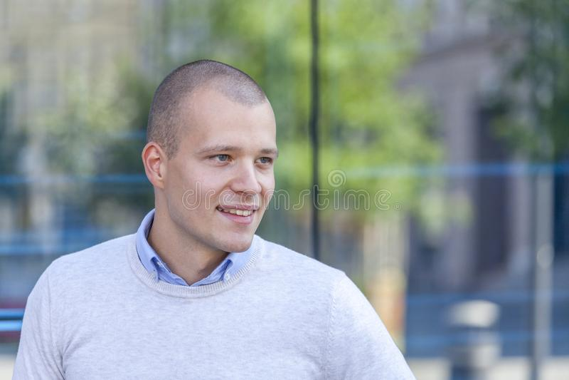 Portret van een knappe en glimlachende jonge mens in openlucht royalty-vrije stock foto