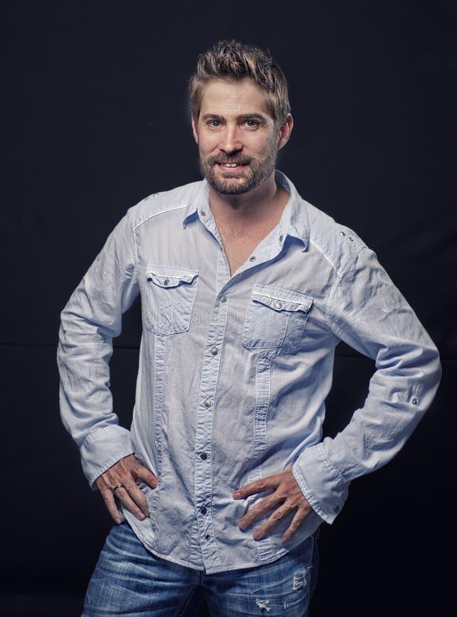 Portret van een knappe goed verzorgde mens stock afbeelding