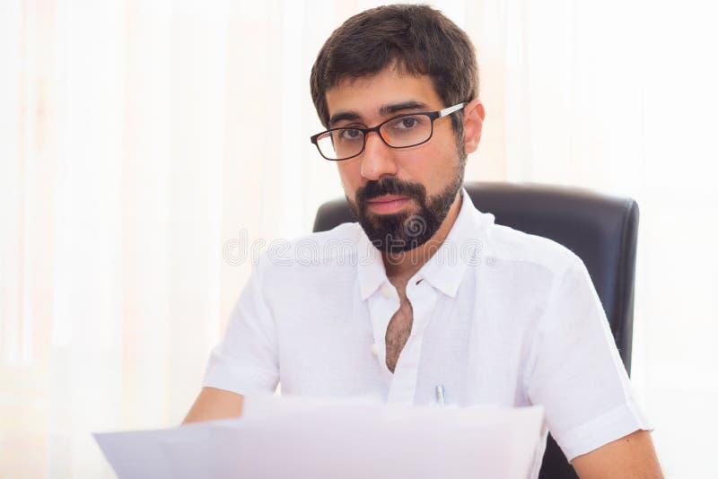 Portret van een knappe hipsterkerel die op het kantoor werken royalty-vrije stock foto