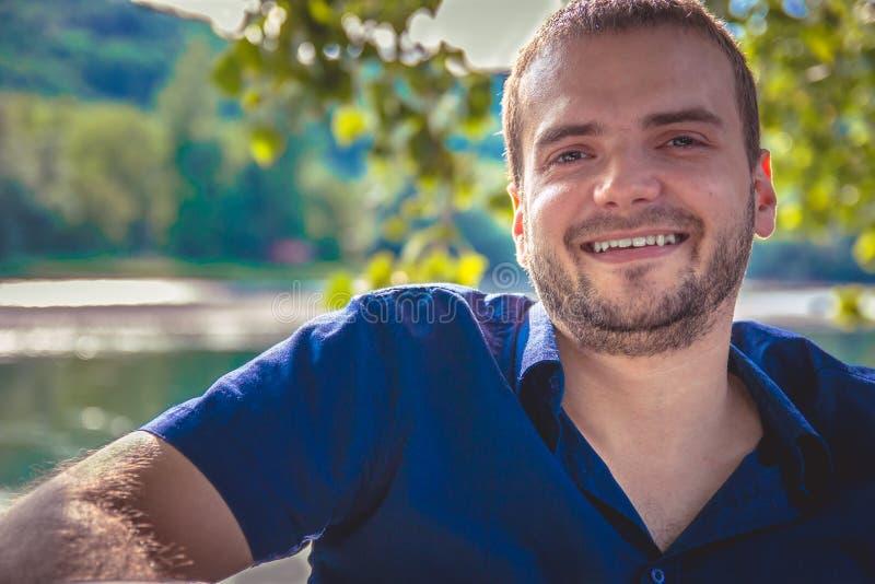 Portret van een knappe jonge mens met baard het glimlachen stock afbeeldingen