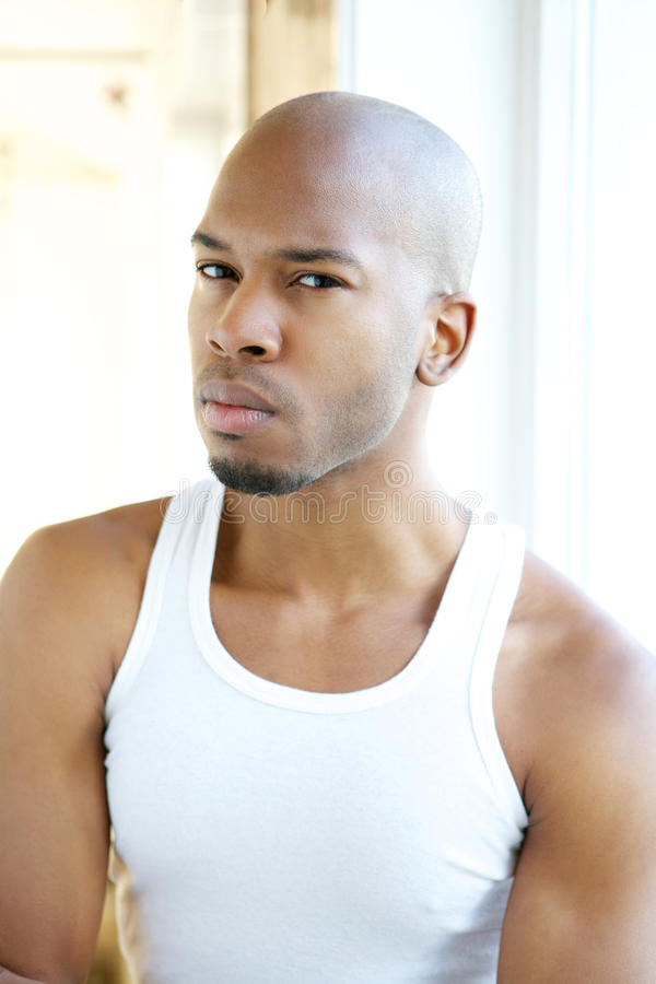 Portret van een knappe jonge zwarte mens in wit overhemd stock foto's