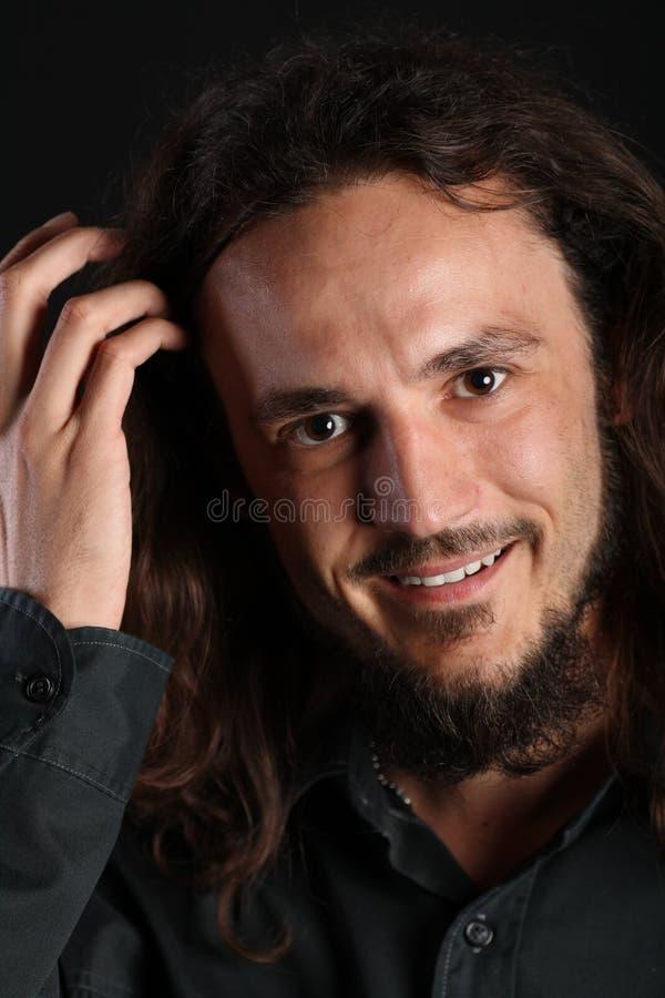Portret van een knappe kerel met toothy glimlach en h stock afbeelding