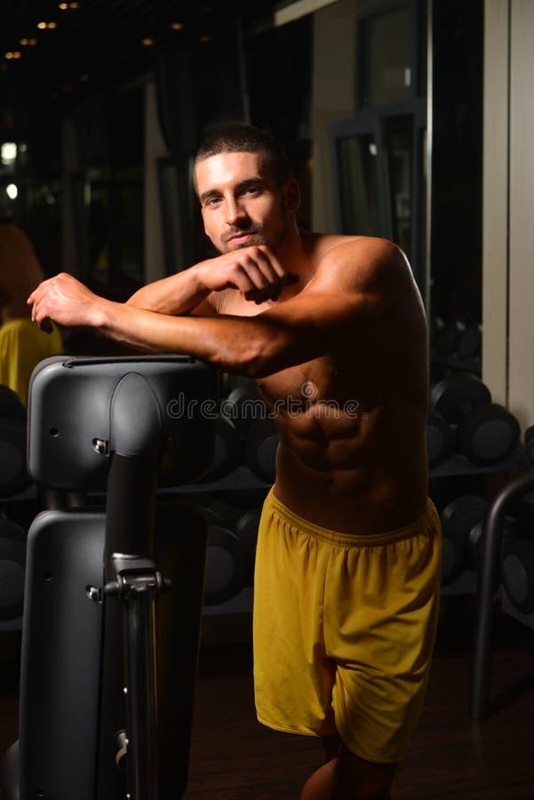 Portret van een knappe mens die bij gymnastiek rusten royalty-vrije stock afbeeldingen