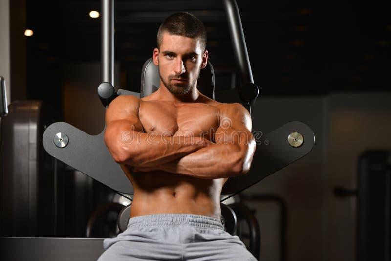 Portret van een knappe mens die bij gymnastiek rusten royalty-vrije stock foto