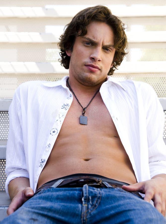 Portret van een knappe mens met losgeknoopt overhemd stock foto's
