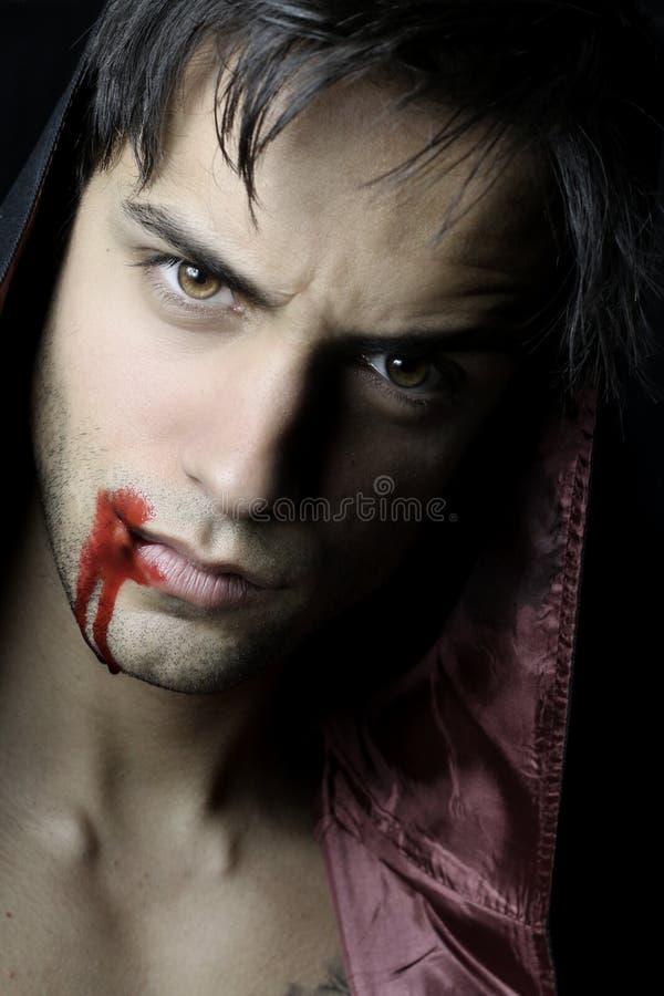 Portret van een knappe vampier met bloed stock afbeelding