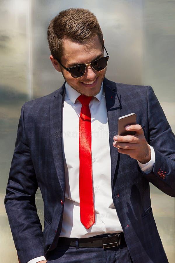 Portret van een knappe zakenman in het stedelijke plaatsen stock afbeeldingen