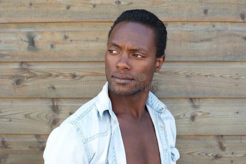 Portret van een knappe zwarte mens royalty-vrije stock foto