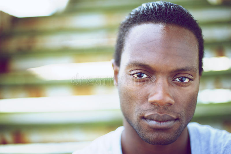 Portret van een knappe zwarte mens die camera bekijken stock fotografie