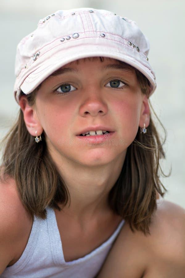 Portret van een leuk gelooid meisje met grote mooie ogen in een GLB op een de zomervakantie royalty-vrije stock afbeeldingen