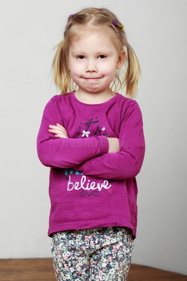 Portret van een leuk glimlachend blondemeisje in een roze overhemd royalty-vrije stock afbeeldingen