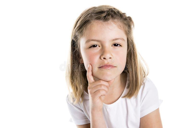 Portret van een leuk 7 jaar oud die meisje over witte peinzende achtergrond wordt geïsoleerd royalty-vrije stock fotografie