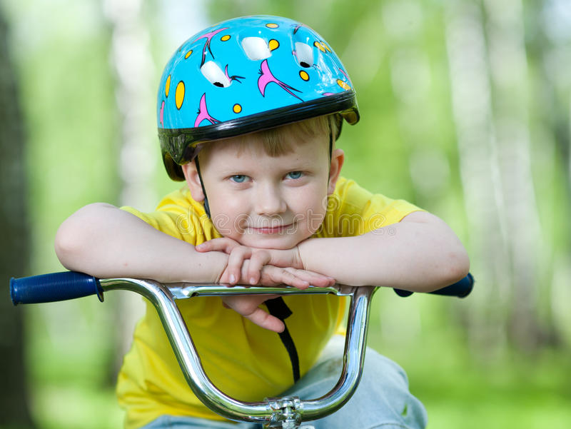 Portret van een leuk kind op fiets stock fotografie