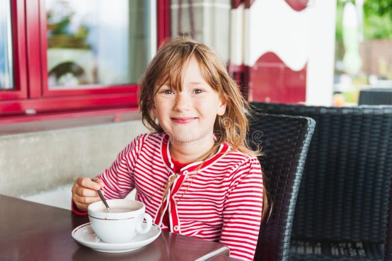 Portret van een leuk meisje stock afbeeldingen