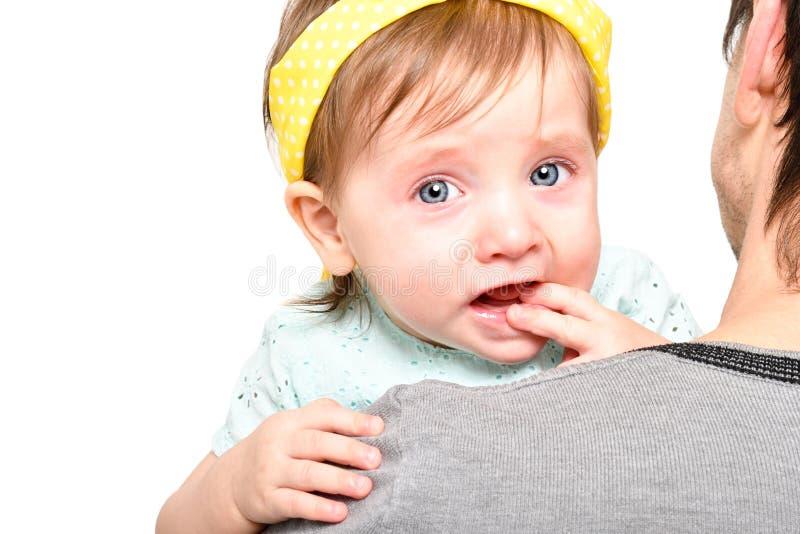 Portret van een leuk meisje die op de handen van haar vader schreeuwen royalty-vrije stock foto