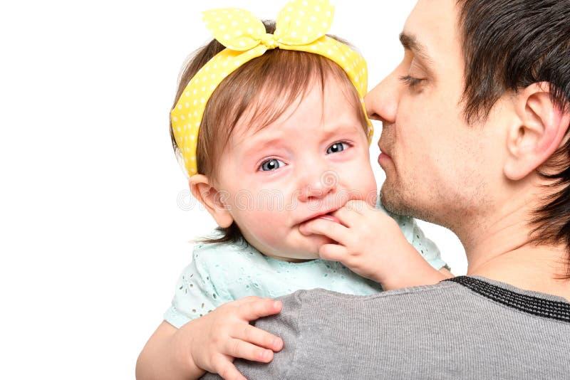 Portret van een leuk meisje die op de handen van haar vader schreeuwen royalty-vrije stock afbeelding