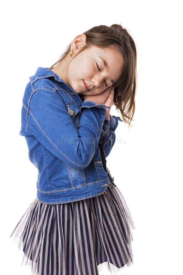 Portret van een leuk meisje die in slaap vallen royalty-vrije stock afbeeldingen