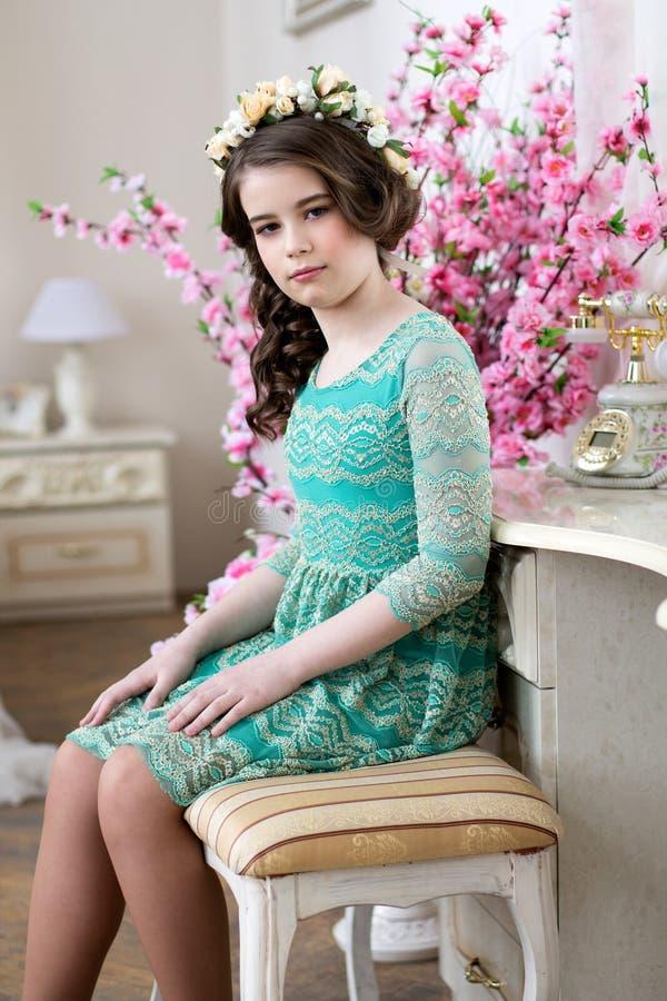 Portret van een leuk meisje in een bloemkroon royalty-vrije stock afbeeldingen