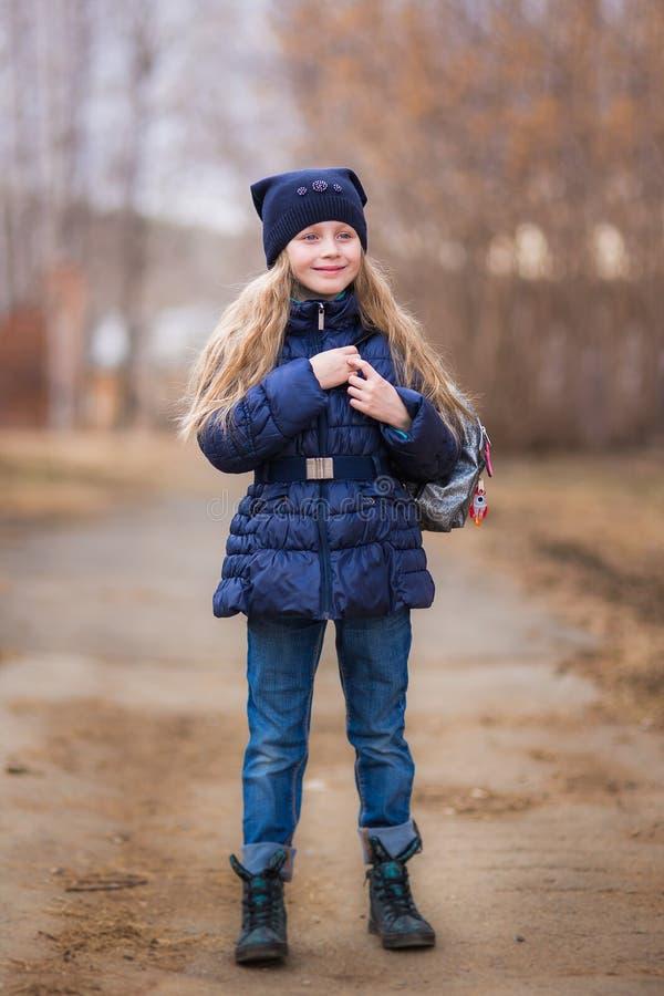 Portret van een leuk meisje 7 jaar oud in het park stock fotografie