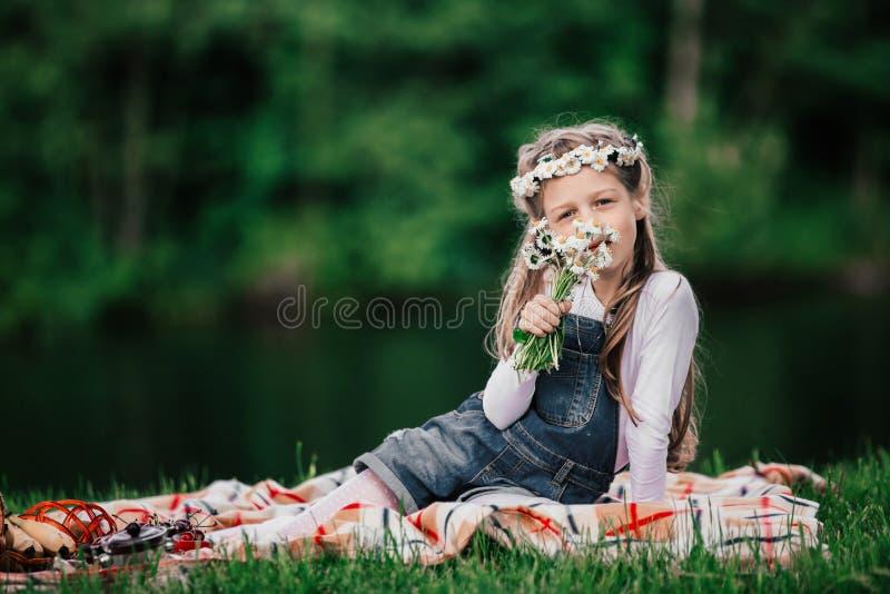 Portret van een leuk meisje met een boeket van madeliefjes stock fotografie
